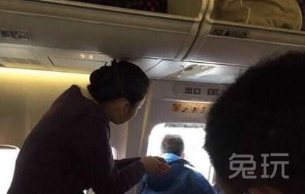 roi yair   飞机起飞前,空姐们走过过道确保每位乘客都坐在座位上