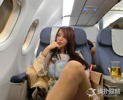 妹子晒飞机上自拍照 大腿比脸蛋更美(6)