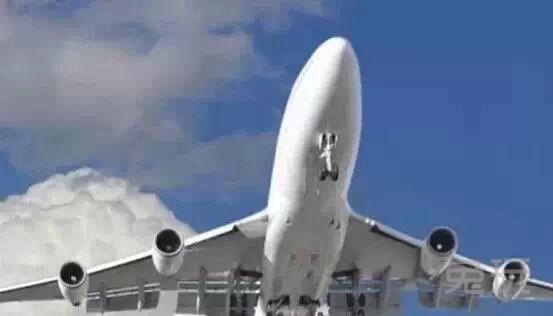 两位飞行员吃的食物不同,且不能相互分享,这是为了防止投毒事件发生。   5带着宠物上飞机    当飞机开始正常运作时,一些事情是无法避免的,比如来自停机坪的巨大噪音。试想下你的宠物正在停机坪上等候上机,它们所承受的噪音和地勤人员一样,但没有耳罩保护。所以乘飞机前请再三考虑是否要带上宠物们。   6乘务员让你关闭所有电子设备后又会做些什么    意想不到的是,他们躲在你看不见的地方,打开手机聊 天呢。   7闪电    飞机经常被闪电击中。   8厕所可以从外面打开    翻开门上禁止吸烟的标志,有隐藏